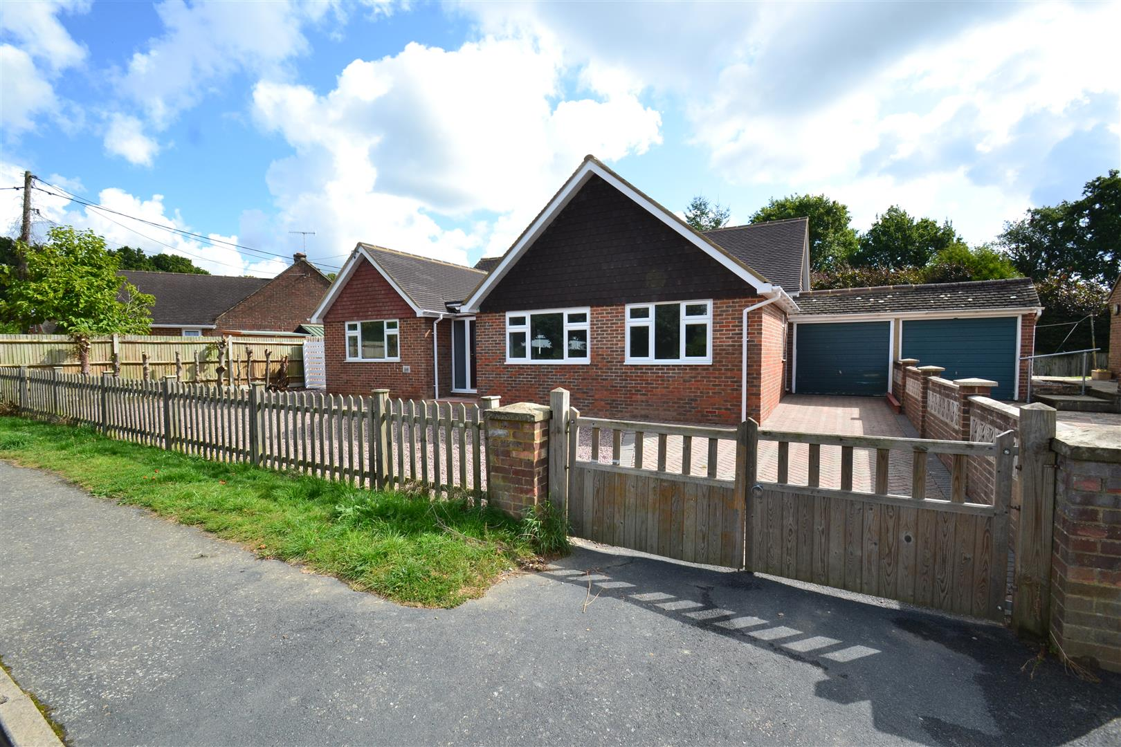 4 Bedrooms Detached Bungalow for sale in Park Road, Smallfield